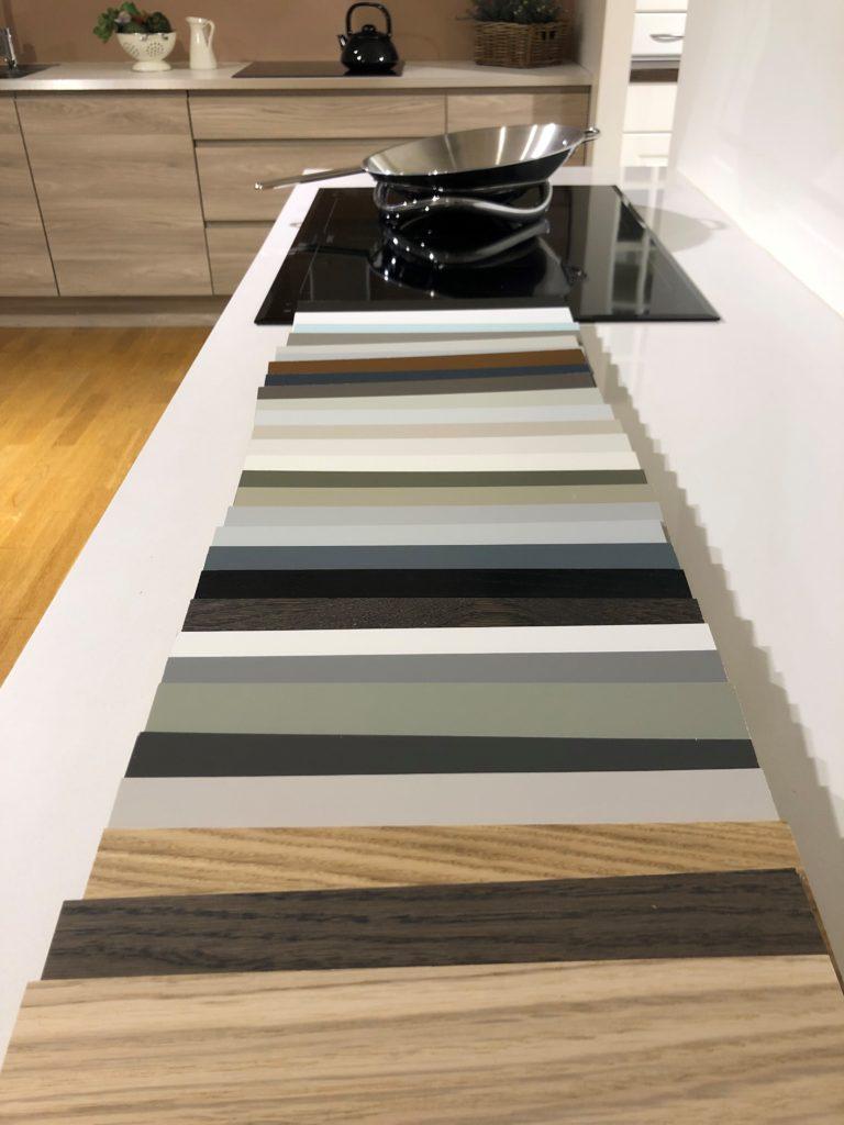Strai fargeprøver i utstilling på Gulli Trevarefabrikk