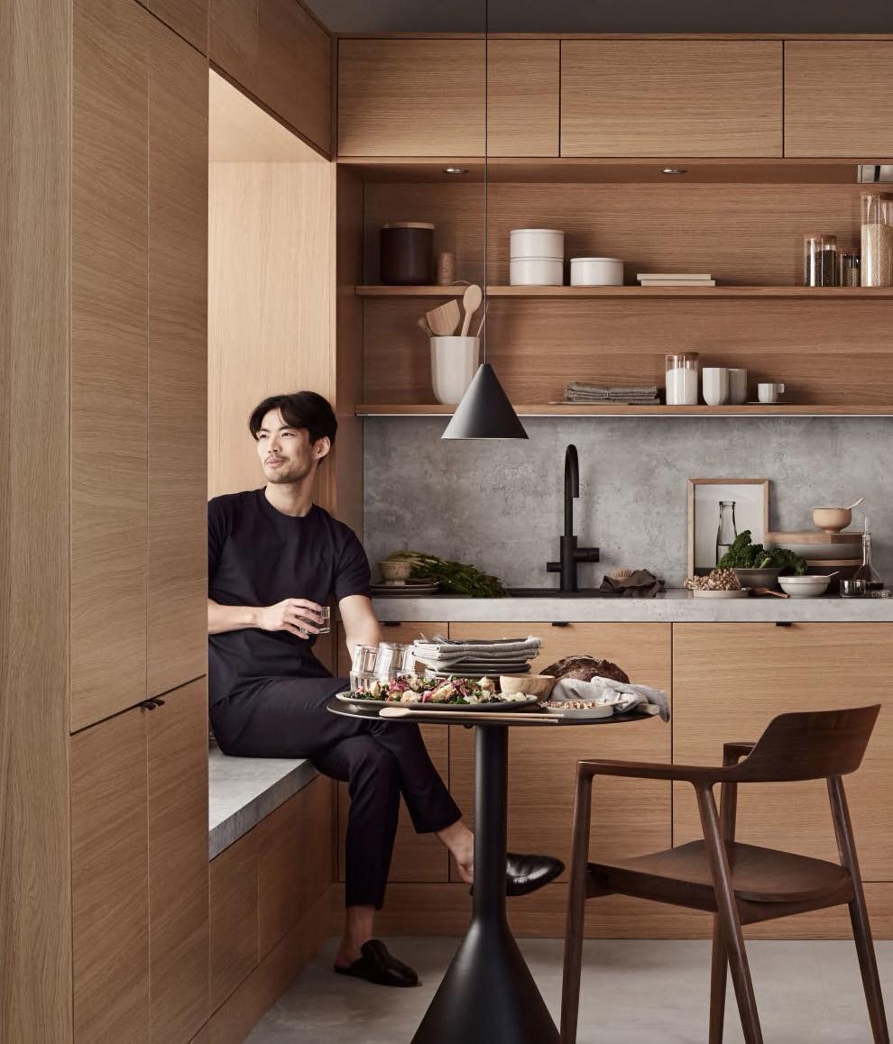 Sidal kjøkken med person i vinduskarmen